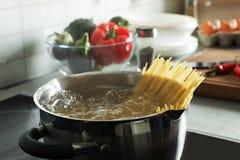garnka kulinarny spaghetti fotografia royalty free