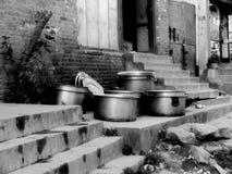 Garnki na krokach, Nepal fotografia stock