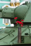 Garofani rossi sul T-34 Immagini Stock