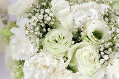 Garofano e gypsophila paniculata delle rose bianche di disposizione floreale del mazzo Fotografie Stock Libere da Diritti