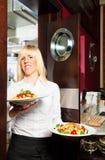 Garçom Coming Out Of a cozinha Fotos de Stock Royalty Free