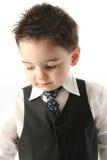 Garçon adorable d'enfant en bas âge dans le gilet et la relation étroite Photographie stock libre de droits