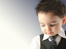 Garçon adorable d'enfant en bas âge dans le gilet et la relation étroite Image libre de droits