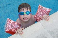 Garçon apprenant à nager Photographie stock libre de droits