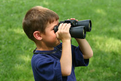 Garçon avec des jumelles Photos libres de droits