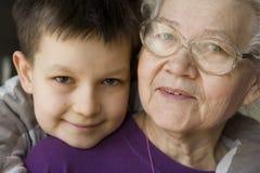 Garçon avec la grand-maman Photos stock