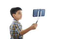 Garçon avec le bâton de selfie Image libre de droits