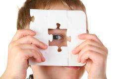 Garçon avec le puzzle de trou Image libre de droits