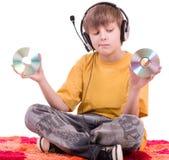 Garçon écoutant la musique dans des écouteurs Image stock