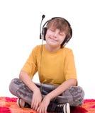 Garçon écoutant la musique dans des écouteurs Images stock