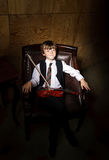 Garçon couvert de taches de rousseur de rouge-cheveux avec le violon se reposant dans le fauteuil Photo stock