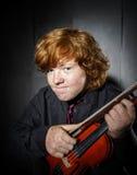 Garçon couvert de taches de rousseur de rouge-cheveux jouant le violon Images stock