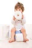 Garçon d'enfant en bas âge s'asseyant sur le pot Photographie stock