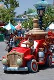 Garçon dans le véhicule de jouet dans le toontown des mickey Images libres de droits