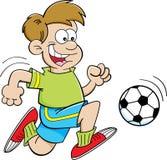 Garçon de bande dessinée jouant le football Image libre de droits