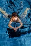 Garçon de natation Photographie stock