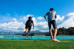 Garçon et fille sautant dans la piscine dans le lac Photographie stock libre de droits