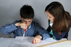 Garçon faisant le travail de maths Photos libres de droits