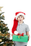 Garçon heureux dans le chapeau de Santa étonné par le cadeau de Noël Images libres de droits