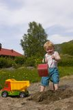 Garçon jouant dans le sandpit Photographie stock