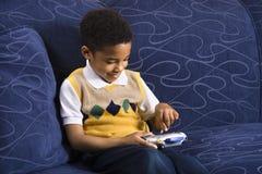 Garçon jouant le jeu vidéo. Images stock