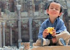 Garçon à la paix mangeant Apple Photographie stock libre de droits