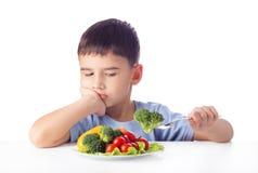 Garçon mangeant des légumes Images libres de droits