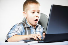 Garçon émotif de dépendance d'ordinateur avec l'ordinateur portable Photos stock
