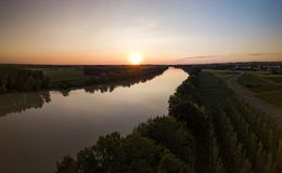 Garonne flodvatten på solnedgången royaltyfria bilder
