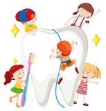 Garçons et filles nettoyant la dent Photos stock