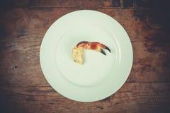 Garra del cangrejo en una placa Foto de archivo libre de regalías
