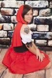 Garra vermelha da tatuagem do cabo da mulher séria fotografia de stock