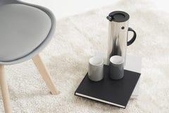 Garrafa à moda do metal com canecas de café Imagem de Stock