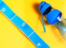 Garrafa azul para o esporte e correia azul fotografia de stock royalty free
