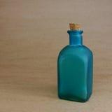 Garrafa azul verde do vintage com cortiça Foto de Stock