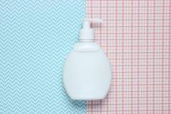 Garrafa branca do champô no fundo criativo, vista superior imagem de stock