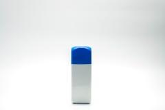 Garrafa branca do retângulo e tampão azul isolados fotografia de stock