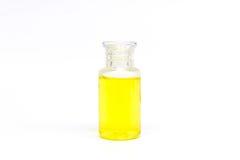 Garrafa clara plástica de empacotamento com líquido amarelo no fundo branco isolado Fotografia de Stock Royalty Free