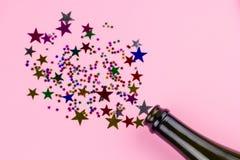 garrafa com a decoração do Natal das estrelas dos confetes imagens de stock