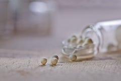 Garrafa com glóbulo da homeopatia Imagem de Stock Royalty Free