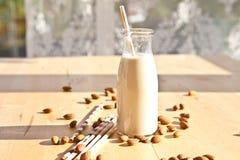 Garrafa com leite da amêndoa fotografia de stock