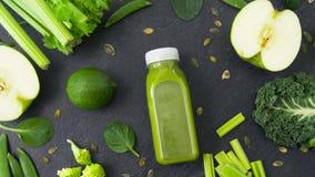 Garrafa com suco e os vegetais verdes na tabela filme