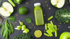 Garrafa com suco e os vegetais verdes na tabela vídeos de arquivo