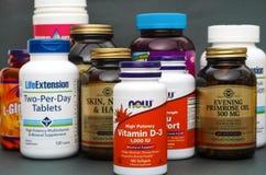 Garrafa com vitamina D3 até agora e algumas garrafas com supl. dietético fotografia de stock