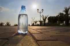 A garrafa da água custa no contexto da margem Foto de Stock