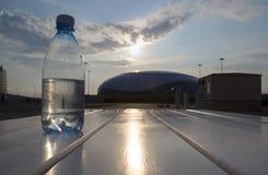 A garrafa da água custa no fundo da vila olímpica em Sochi Foto de Stock