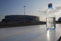 A garrafa da água custa no fundo da vila olímpica em Sochi Foto de Stock Royalty Free