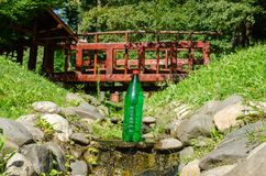 Garrafa da água em um parque imagem de stock royalty free