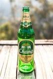 Garrafa da cerveja da mudança no assoalho de madeira no dia ensolarado Foto de Stock Royalty Free