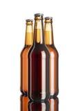 A garrafa da cerveja na tabela branca do fundo e do espelho do softbox Foto de Stock Royalty Free
